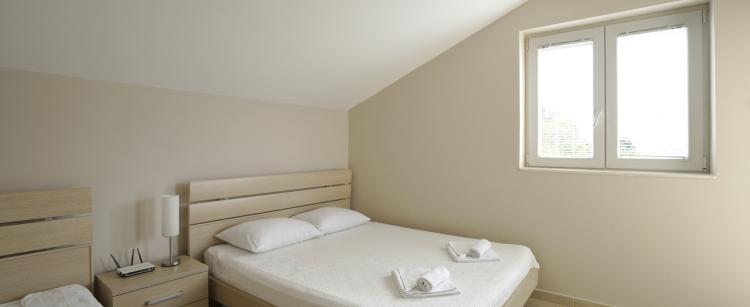 ayant am nag deux chambres d 39 amis dans mon grenier j 39 en ai avis l 39 assureur de ma maison par. Black Bedroom Furniture Sets. Home Design Ideas